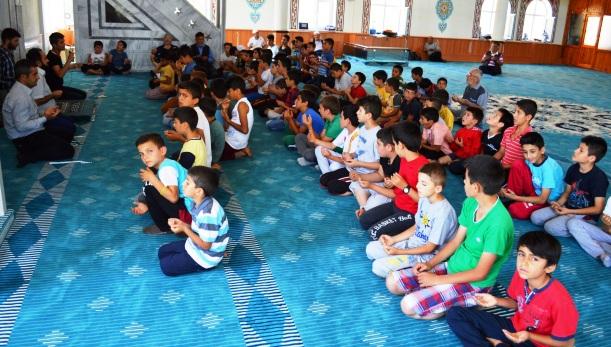 Minik Yüreklerden Demokrasi Şehitleri İçin Dua